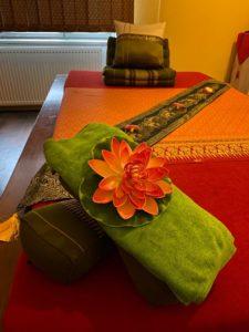 Liebevolle Dekoration auf Massagebett